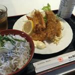 ホット赤羽根 - 料理写真:しらす丼とお魚フライ。900円でこのボリュームなら満足です^^;