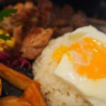 hole hole cafe&diner - アンガスビーフ&チキンの鉄板ロコモコ
