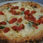52204313 - フレッシュトマトのピザ