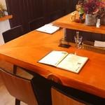 街角グラス - 8席くらいだったでしょうか、波型の鉄板グリルの調理場を囲む形でカウンター席があり、2階にはテーブル席。