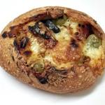 パナデリア シエスタ - イタリア産ドライトマト&オリーブ&チーズの横浜小麦のパン