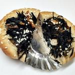 パナデリア シエスタ - 玄米ひじきパン をカット