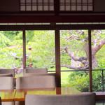 茶寮 八翠 - ホテル内の日本庭園も眺められます