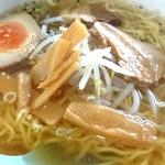 52226549 - 福飯店 塩ラーメンあっぷです。麺が細麺のちぢれ麺ですね。