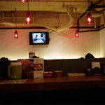麺儀 赤兎馬 - 店内は薄暗く赤い照明