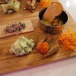 カリ~ アンド スパイスバル カリ~ビト - おつまみSet(ハッピーアワー1000円)のおまかせ前菜。サバのポリヤル、バジルポテサラ、砂肝のアチャール、筍とプチトマトのメンマ風、人参サラダ