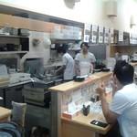 三谷製麺所 - 店内はカウンターのみ