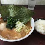 町田家 - ラーメン、味玉、半ライス