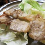 山のかおり 炭処姪浜 - 佐賀の金豚というブランドの豚バラ串。       比較的薄めで、表面をカリっと焼いてあります。