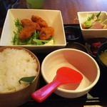 52240071 - おまかせお刺身小鉢と牡蠣のフライ定食  918円♪