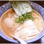 和伊まる - 濃厚煮干し鶏白湯そば(味玉入り) 880円 サラっとしてますが味はしっかり決まってます。
