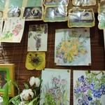 52260011 - 店内は花の絵で埋め尽くされています。