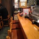 だるま寿司 - 左はテーブル、右はカウンター