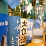 潟潟ヤ - ずらりと珍しい日本酒が並びます