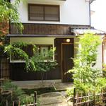 52264091 - 緑に囲まれた一軒家