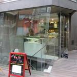 ドクターズテーブル - ガラス張りのモダンな店