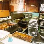 能登屋 - 店内(おでん鍋&どて焼き)