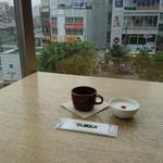 Cafe MUJI - 広々としたカウンター   端に座れ  ゆっくり♪♪