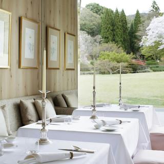 奈良公園内の絵画のように美しい庭園を望む贅沢なロケーション。