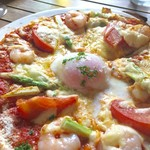 AUREOLE - 海老とアスパラガスと温泉卵のピザ(980円)