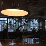 Cafe&BarbecueDiner パブリエ - 大型テーブル相席 向かい合う形で食べる女子