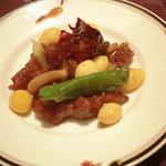 5229703 - 牛肉と銀杏唐辛子炒め 上の黒っぽいのが唐辛子の皮