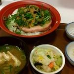 すき家 - 「まぐろなめろう丼」の「おしんこセット」。