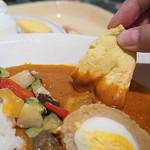カスバ・フードコート - ・バターカリー、チキンスコッチエッグとベジタブル添え ライスとナン付き