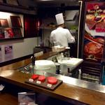神戸牛29 - 店内風景。鉄板もない極小カウンターのみ。