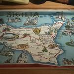 """52299271 - 案内されたテーブルには""""シチリア州""""の地図が。。。"""