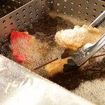 串かつ でんがな - 揚げ油は、厳選したオランダ産の高級ラードを使用。食材のおいしさを引き立てます。