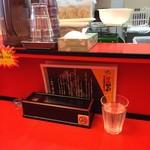 辛口肉ソバ ひるドラ - カウンター席(水はセルフ・箱ティッシュ完備)