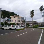鈴之家旅館 - ベージュ色の3階の建てものです。(目井津漁港側から撮りました)