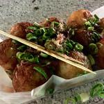中洲名物 博多金蛸 - 『タコ焼き(しょうゆ味)』様(550円)カパッと開けてみるとネギがかかっているのが少し嬉しい♪