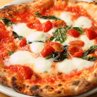 本格薪釜で焼き上げるピッツァ