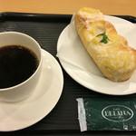 ベーカリーカフェ DELINA - パインココとブレンドコーヒーのセットで460円