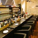 地下ワインカーヴ マナヴィーノ - こだわりの椅子でゆったり7席のカウンター