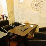 地下ワインカーヴ マナヴィーノ - 4名掛けのテーブル席3テーブル