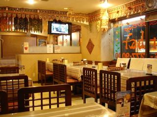 ダルバール 中央林間店 - 奥に座敷席もあります テレビはインドの衛星放送