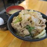 伝説のすた丼屋 - 生姜丼630円。肉増し雨の日サービス。