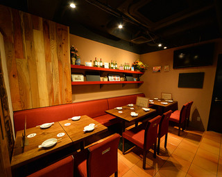 炭火焼きバル フォンターナ - 壁側テーブル席