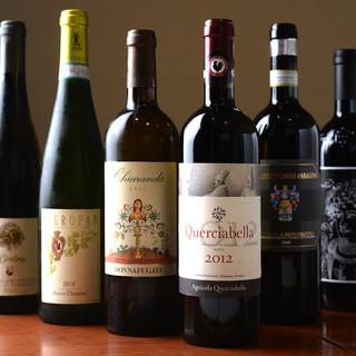 相性重視!ラインナップも魅力のワイン、グラス¥700~