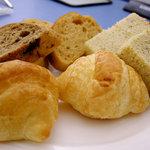 タカノフルーツバー - 種類豊富なパン。小さめなので子どもにもぴったりでした。
