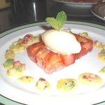 ビストロ エピス - 料理写真:いちごとジュレのテリーヌ仕立てフルーツのソースとバニラアイスを添えて