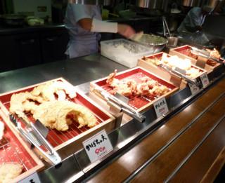 丸亀製麺 品川店 - カウンターに並ぶトッピング