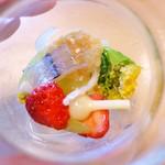 うつわ料理 さ乃 - 独活、うるい、蕗、のびる、揚げた菜の花、苺、揚げた白魚、塩をあてた細魚、パルミジャーノ煎餅