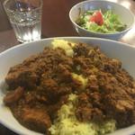 カレーハウス林 - ハーフ&ハーフ(チキンカレーとなすマッシュルーム挽き肉カレー、ライス300g、930円)
