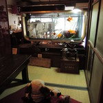 金魚カフェ - お座敷席からお店入り口の方を見ると、 そこには本物の金魚が泳ぐ大きな水槽が。 なんだか和むね~
