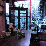 金魚カフェ - 店内は入ってすぐのところにカウンター席、 続いて小上りのお座敷席、奥はテーブル席になってます。 ボキらは窓際の大きなテーブル席に。 お庭の緑がとってもきれいだよ~