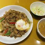 グリーンパッタイ - 辛口太麺焼ビーフン(パッキーマオ) 880円